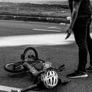 Seguro Bicicleta - Imagen de un padre ayudando a su hijo que acaba de caer de su bicicleta