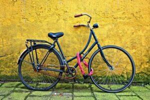 Seguro para bicicletas - Imagen de una bicicleta apoyada contra la pared atada con cadena