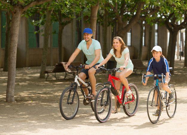 Seguro de Bici - Imagen de un niño y sus padres andando en bicicleta