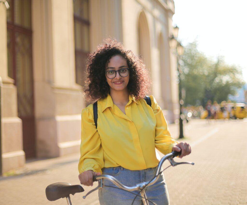 Seguro bici - Chica camisa amarilla posando con bici