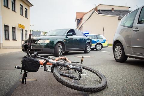 Seguro para bicicletas - Imagen de una bicicleta tirada en la calle producto de un accidente vial