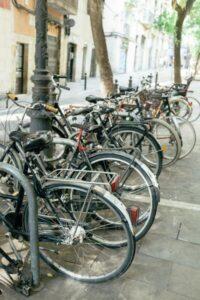 Seguro para bicicletas - Imagen de un bicicletero repleto de bicicletas estacionadas
